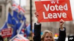 Seorang demonstran pendukung Brexit melakukan unjuk rasa di depan parlemen Inggris di London (foto: dok).