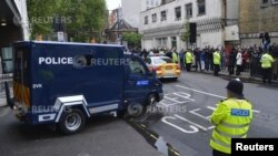 Mobil polisi London mengangkut salah satu tersangka pembunuhan tentara Inggris, Michael Adebowale, meninggalkan pengadilan di London (30/5).