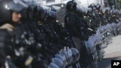 La policía tuvo que bloquear una avenida debido a las protestas que se llevaron a cabo el viernes en contra de la Cumbre G20 en Buenos Aires.