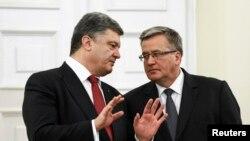 Tổng thống Ukraine Petro Poroshenko (trái) nói chuyện với Tổng thống Ba Lan Bronislaw Komorowski trong một cuộc họp ở Warsaw, 17/12/2014.