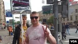2012年5月6日普京就职总统前夕莫斯科爆发大规模反政府示威。这名示威者的标语写道,我们这里不是平壤。(美国之音白桦拍摄)