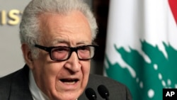 라크다르 브라히미 유엔-아랍연맹 공동 시리아 특사가 1일 베이루트에서 나지브 미카티 레바논 총리와 회담한 후 기자회견을 가졌다.
