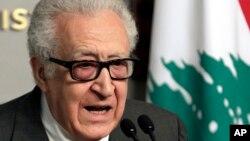 Utusan Pbb-Liga Arab untuk Suriah, Lakhdar Brahimi memberikan keterangan kepada pers seusai pertemuan dengan PM Lebanon Najib Mikati di Beirut (1/11).