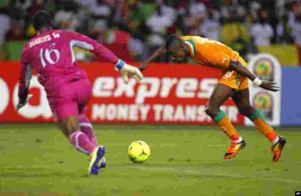 Ivory Coast's Salomon Armand Magloire Kalou (R) challenges goalkeeper Soumaila Diakite of Mali during their African Nations Cup semi-final soccer match at the Stade De L'Amitie Stadium in Gabon's capital Libreville February 8, 2012.