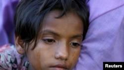 Mtoto ambaye amechoka kwa safari ndefu ya kukimbia mauaji huko Myanmar akiwa anasubiri kupita mpakani Bangladesh.