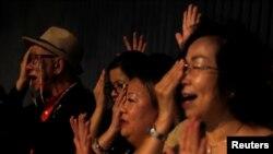 Người biểu tình hô khẩu hiệu sau khi bà Carrie Lam họp báo tại Hong Kong.