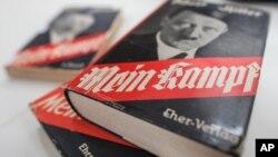 """Enquête autour d'une réédition du pamphlet d'Adolf Hitler """"Mein Kampf""""."""