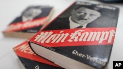 """Une édition du livre """"Mein Kampf"""" au musée contemporain de Munich, le 11 décembre 2015."""