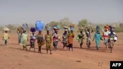 Des femmes retournent un village qu'elles ont quitté après l'arrivée des islamistes, à Binta, le 1er février 2013.