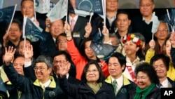 지난 16일 실시된 타이완 총통 선거에서 국민당의 주리룬 후보를 누르고 압승을 거둔 민주진보당의 차이잉원 후보(가운데)가 손을 흔들고 있다.