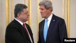 Петр Порошенко и Джон Керри (фото из архива)