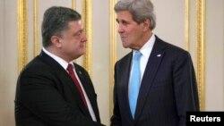 5일 우크라이나 키예프를 방문한 존 케리 미 국무장관(오른쪽)이 페트로 포로센코 우크라이나 대통령과 만나 악수하고 있다.