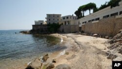 Pantai La Mirandole terletak di depan rumah mewah yang dimiliki keluarga kerajaan Saudi di Golfe Juan Vallauris, Perancis (17/7).
