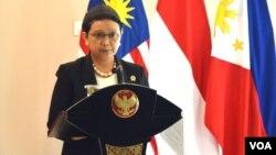 5일 인도네시아, 말레이시아, 필리핀 3국 외교, 국방장관들이 인도네시아의 고대 도시 요기야카르타 시에서 회담을 가진 가운데, 렌토 마르수디 인도네시아 외무장관이 기자회견을 하고 있다.