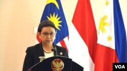 Menteri Luar Negeri Indonesia Retno Marsudi usai pertemuan tertutup trilateral Indonesia-Malaysia-Filipina di Gedung Agung Yogyakarta, Kamis (5/5) menyatakan pertemuan produktif, konstruktif dan terbuka (Foto: VOA/Munarsih)