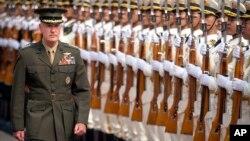 ژنرال جوزف دانفورد رئیس ستاد مشترک نیروهای مسلح ایالات متحده در حال سان دیدن از گارد احترام ارتش چین در پکن - ۲۴ مرداد ۱۳۹۶
