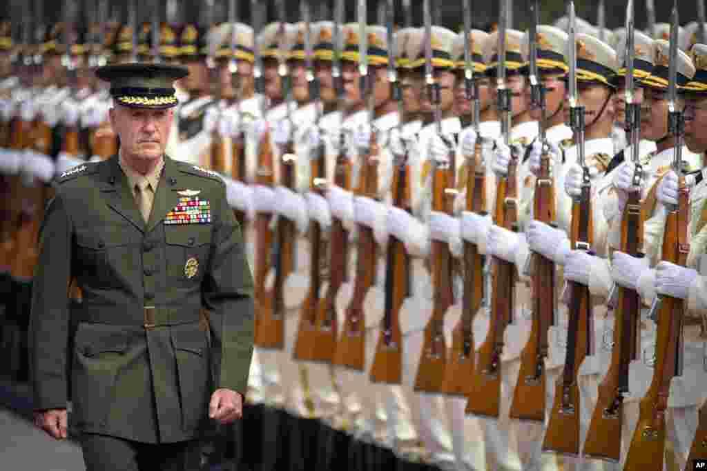 在北京八一大楼的欢迎仪式上, 美军参谋长联席会议主席邓福德检阅仪仗队。