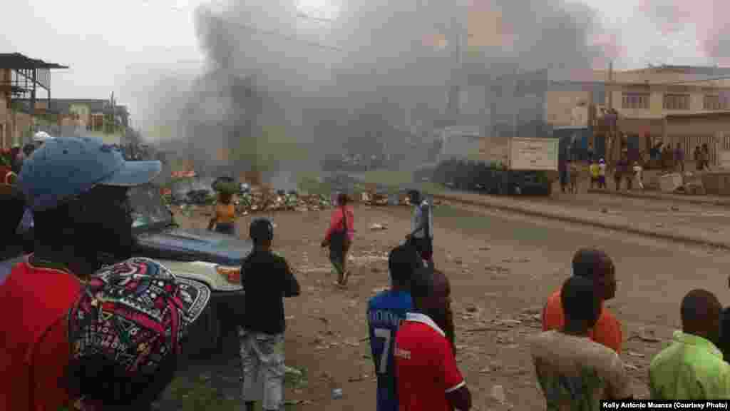 De la fumée monte des pneus brulés par une foule qui manifeste sa colère alors que les conducteurs de taxi sont en grève à Luanda, 5 octobre 2015. Photo d'António Muanza