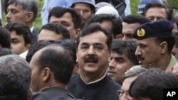 巴基斯坦总理吉拉(右)4月下26日离开伊斯兰堡的最高法院