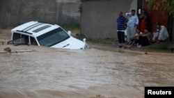 Jalanan di kota Karachi terendam banjir hari Minggu (4/8).