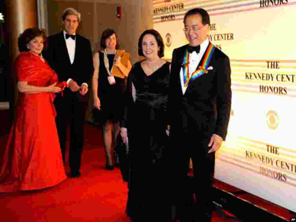 Kennedy Center Honoree Yo-Yo Ma, right, and Jill Hornor arrive at the Kennedy Center for the Performing Arts on December 4, 2011. (AP)