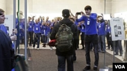 Sebuah gerai 'Apple' di New York memberi tepuk tangan kepada pelanggan pertama yang masuk setelah antri berjam-jam untuk mendapat produk terbaru iPhone 4S (14/10). Karyawan toko Apple diberi kesempatan menghormat Steve Jobbs hari ini (19/10).