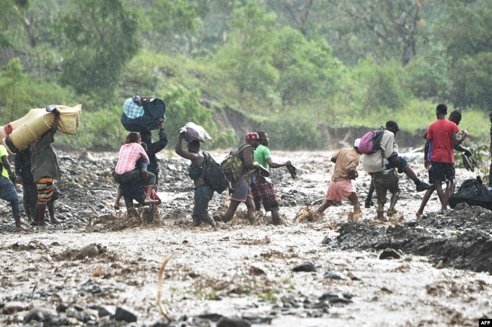 지난 5일(현지시간) 허리케인 '매튜'의 영향으로 아이티 수도 포르토프랭스 남서쪽 지역 교량이 붕괴된 가운데 주민들이 강을 건너고 있다. 허리케인 매튜가 휩쓴 아이티와 쿠바 동부를 비롯한 카리브해 섬나라들에서 막대한 재산·인명 피해가 발생했다.