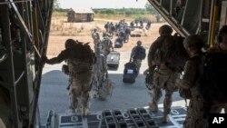 지난 18일 남수단 주바에 파견된 미군 병력이 미 공군 소속 C-130 수송기에서 내리고 있다. (자료사진)