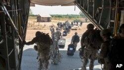 Satgas gabungan Afrika Timur keluar dari pesawat Hercules milik Angkatan Udara AS di Juba, Sudan Selatan.