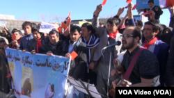 اشتراک کنندگان این گردهمایی که دستمال های سرخ رنگ را به گردن داشتند .