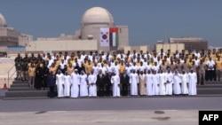 عکس یادگاری دست اندرکاران این پروژه و پشت آنها پرچم کره جنوبی و امارات متحده عربی دیده می شود.