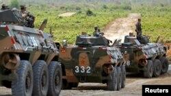 Binh sĩ Trung Quốc ngồi trên xe tăng tham gia cuộc thao dượt quân sự ở tỉnh Kampong Speu của Campuchia hôm 17/3.