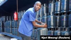Seorang pekerja mengatur tabung gas masak M-Gas di depot dekat permukiman kumuh Mukuru di Nairobi, Kenya, 29 Januari 2020. (Foto: REUTERS/Njeri Mwangi)