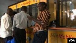 En Uganda, servicios como el que brinda MTN Mobile Money están desplazando a los bancos.