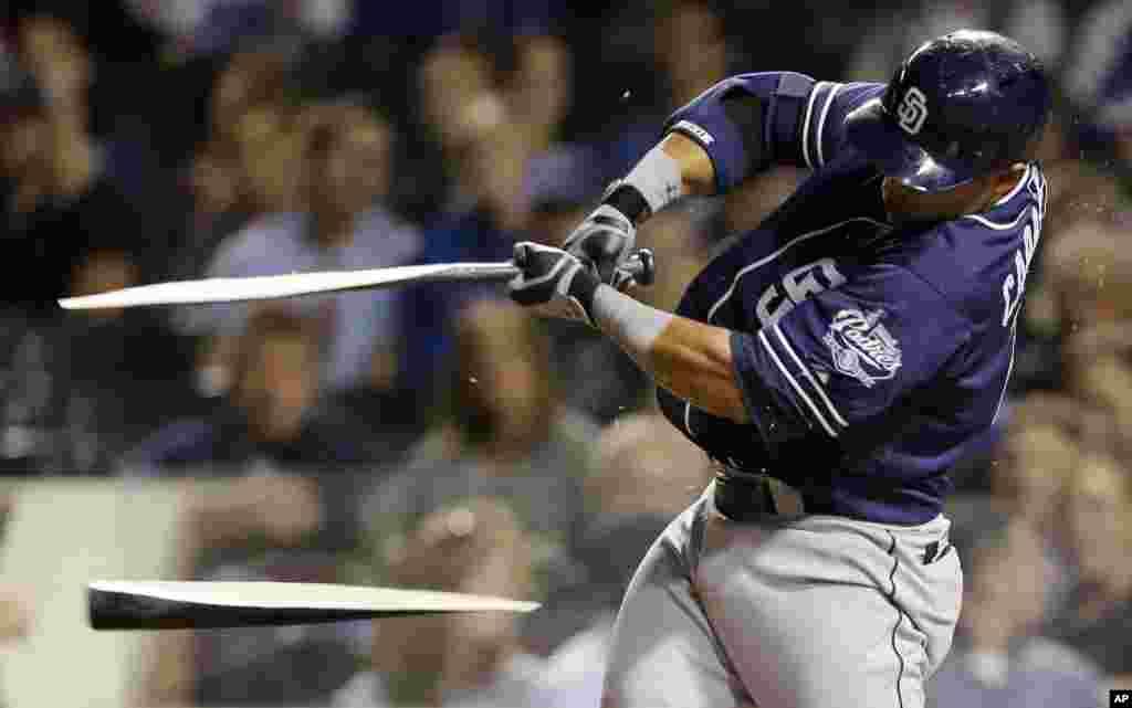 Vận động viên bóng chày Everth Cabrera của đội San Diego Padres làm gãy chày đánh bóng trong trận đấu với đội Chicago Cubs ở Chicago, Mỹ, ngày 1 tháng5.