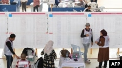 Le personnel de l'Instance Supérieure Indépendante pour les Elections en Tunisie compte les résultats du vote municipal , près de Tunis, le 7 mai 2018