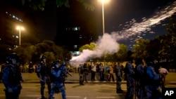 巴西警方6月20日在里约热内卢向示威者发射催泪瓦斯