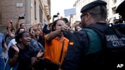 西班牙巴塞罗那示威者9月20日试图阻止泽维尔·普伊格坐的车。普伊格当天被捕,此前他是加泰罗尼亚自治政府外部事务、机构关系与透明办公室的资深人员。