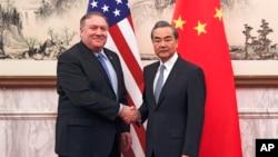 Menteri Luar Negeri Amerika Mike Pompeo (kiri) berjabat tangan dengan Menteri Luar Negeri China Wang Yi sebelum pertemuan di Wisma Negara Diaoyutai, di Beijing, 8 Oktober 2018.
