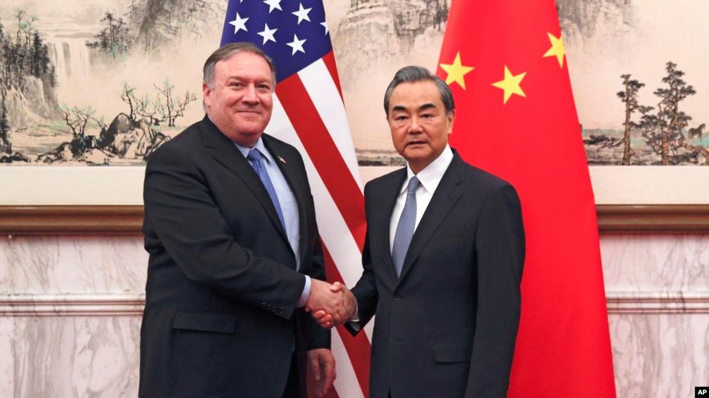 2018年10月8日美国国务卿蓬佩奥(左)和中国外交部长王毅在北京钓鱼台国宾馆会晤。