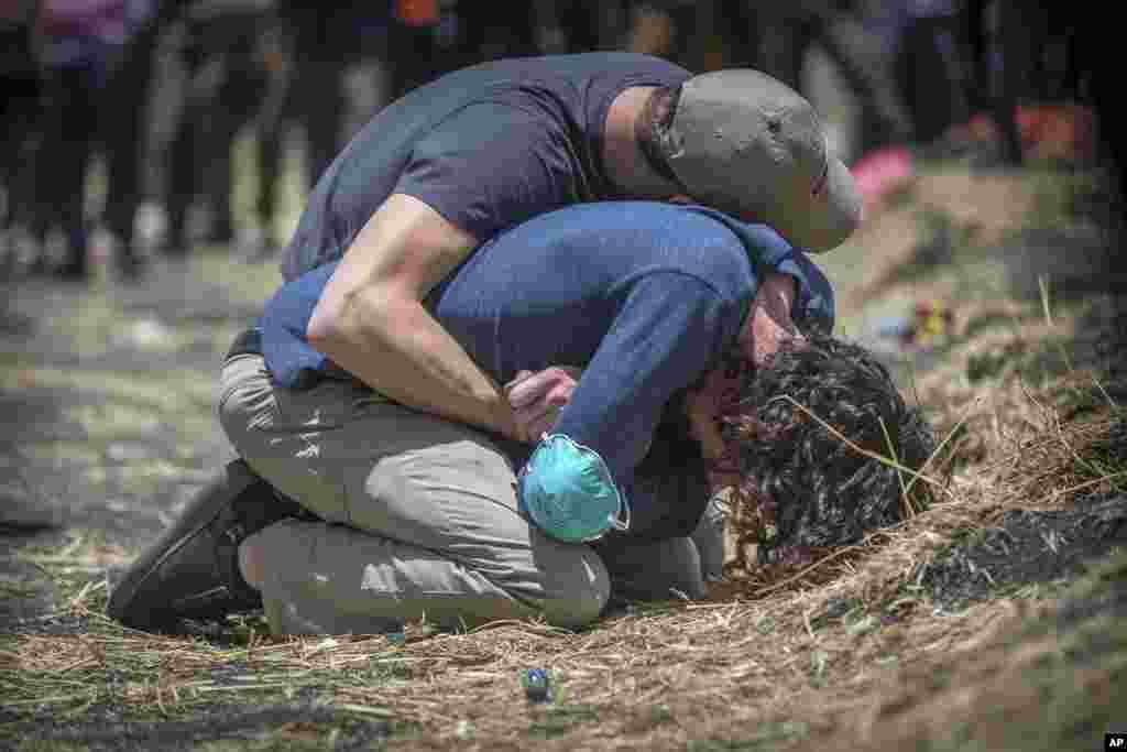 واکنش بستگان قربانیان حادثه سقوط هواپیمای بوئینگ ۷۳۷ در اتیوپی به مرگ عزیزانشان. در این پرواز مسافرانی از کشورهای مختلف از اتیوپی راهی کنیا بودند.