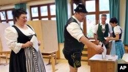 독일 호른베르크-라이헨바흐 투표소에서 22일, 전통 바바리아 복장을 입은 주민들이 투표하고 있다.