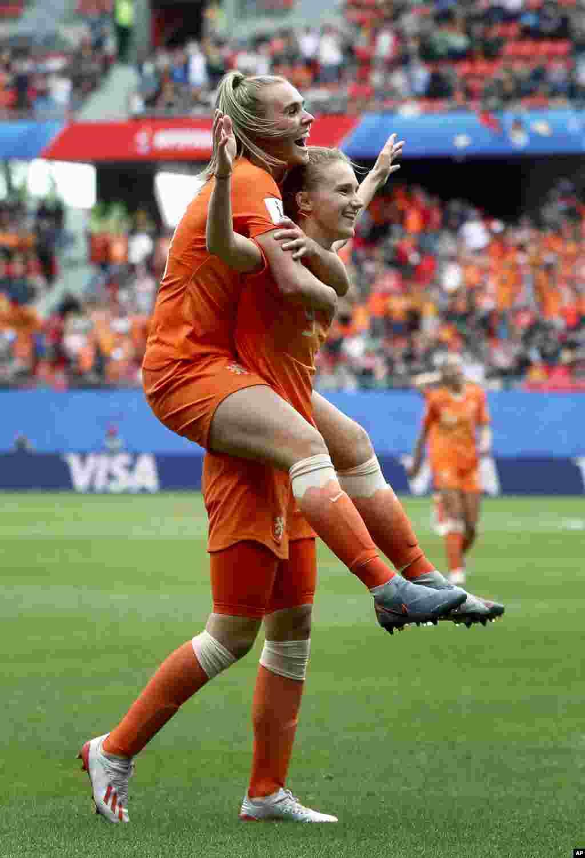 جام جهانی فوتبال زنان در فرانسه - ویوین میدما و هم تیمی اش از تیم ملی هلند به ثمر رساندن سومین گل خود در دیدار مقابل کامرون را جشن میگیرند. هلند این بازی را سه بر یک برد.