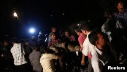 救援人员4月4日从孟买郊外坍塌的建筑物中救出伤者