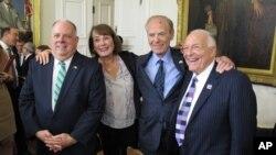 Gubernur Maryland Larry Hogan, kiri, berpose dengan Goody Finkelstein, Richard Rynd dan pelobi Bruce Bereano setelah konferensi pers 23 Oktober 2017 di Annapolis setelah Hogan menandatangani perintah eksekutif melarang negara bagian tersebut untuk memberikan kontrak kepada perusahaan yang memboikot Israel.