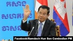 រូបឯកសារ៖ លោកនាយករដ្ឋមន្ត្រី ហ៊ុន សែន ថ្លែងសុន្ទរកថាតាមអនឡាញ ក្នុងកិច្ចប្រជុំកំពូលរវាងថ្នាក់ដឹកនាំនៃគណបក្សកុម្មុយនីស្តចិន និងគណបក្សនយោបាយលើពិភពលោក កាលពីថ្ងៃទី៦ ខែកក្កដា ឆ្នាំ២០២១ ដែលមានការចូលរួមពីលោក Xi Jinping ប្រធានាធិបតីចិន។(Facebook/Samdech Hun Sen, Cambodian Prime Minister)