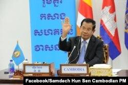 លោកនាយករដ្ឋមន្ត្រី ហ៊ុន សែន ដែលជាប្រធានគណបក្សប្រជាជនកម្ពុជា ថ្លែងសុន្ទរកថាតាមប្រព័ន្ធវីដេអូអនឡាញ ក្នុងកិច្ចប្រជុំកំពូលរវាងថ្នាក់ដឹកនាំនៃគណបក្សកុម្មុយនីស្តចិន និងគណបក្សនយោបាយលើពិភពលោក កាលពីថ្ងៃទី៦ ខែកក្កដា ឆ្នាំ២០២១។ (Facebook/Samdech Hun Sen, Cambodian Prime Minister)