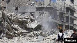 19일, 시리아 알레포의 알카라세 지역서 정부군의 공습으로 파괴된 건물.