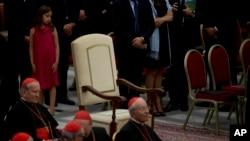 Muchos tomaron la ausencia de Francisco como otro gesto de austeridad.