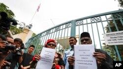 지난달 24일 쿠알라룸푸르 주재 북한 대사관 앞에서 말레이시아 시민단체 관계자들이 김정남 암살 건과 관련해 북한 정부에 항의하는 서한을 들고 있다.